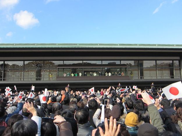 800px-The_Imperial_Family_and_Visit_of_the_General_Public_to_the_Palace_for_the_New_Year_Greeting(2012.tokyo)
